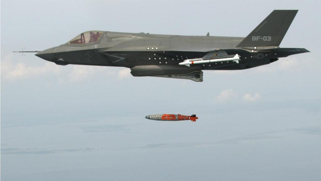 Avião F-35 Lightning II lança míssil