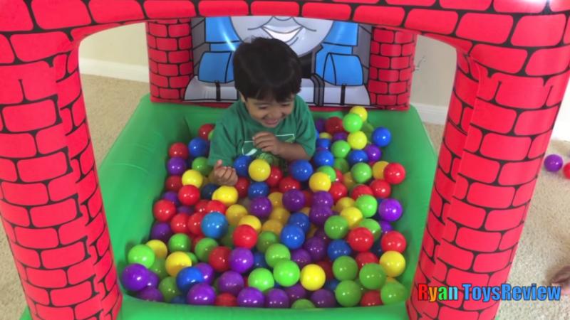 Menino de 6 anos fica milionário testando brinquedos no YouTube