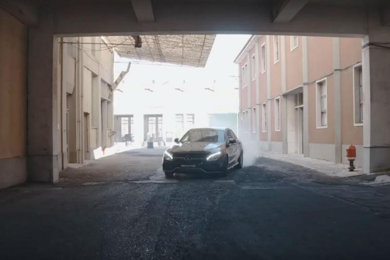Mercedes faz entrevista de emprego
