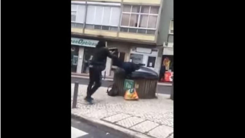 Homem atira suposto sem-abrigo para caixote do lixo