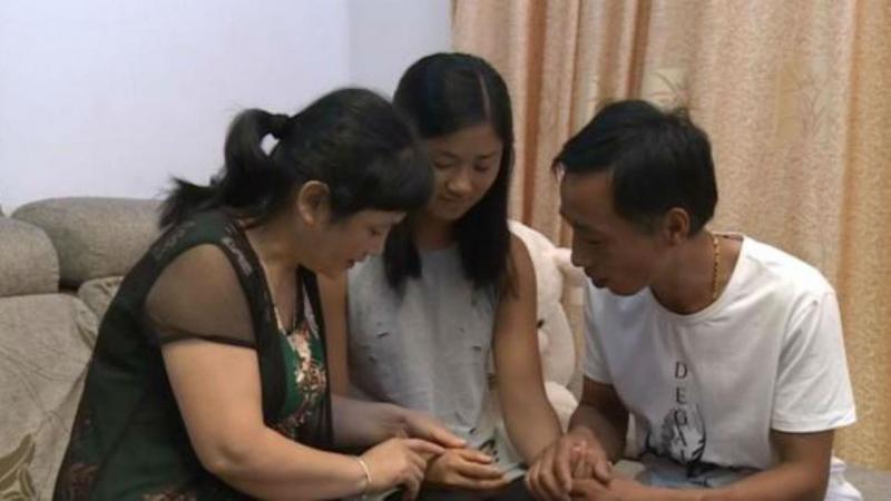 Kati com os pais biológicos
