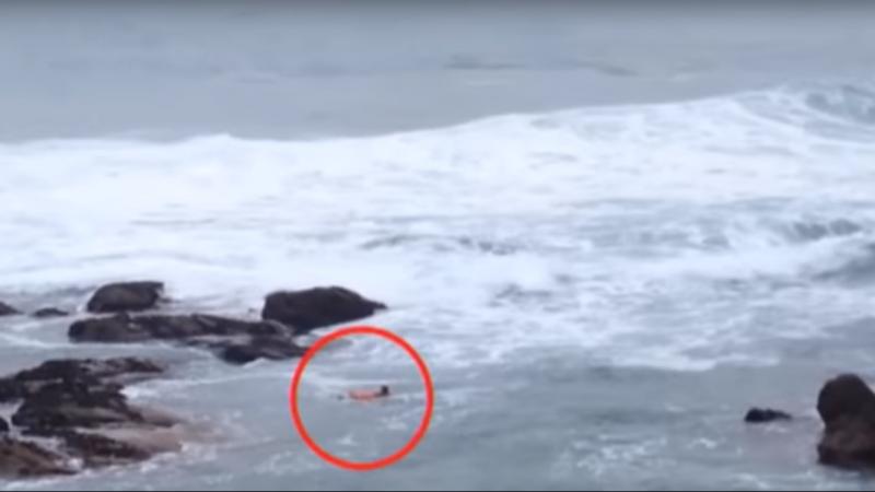 Homem idoso atira-se ao mar para salvar outro que estava prestes a afogar-se