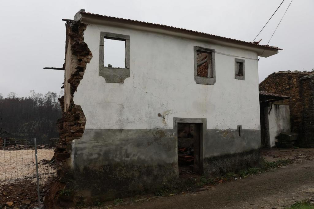 Reconstrução das casas destruídas pelos incêndios