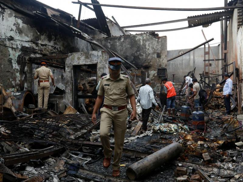 Incêndio destrói loja em Mumbai, Índia