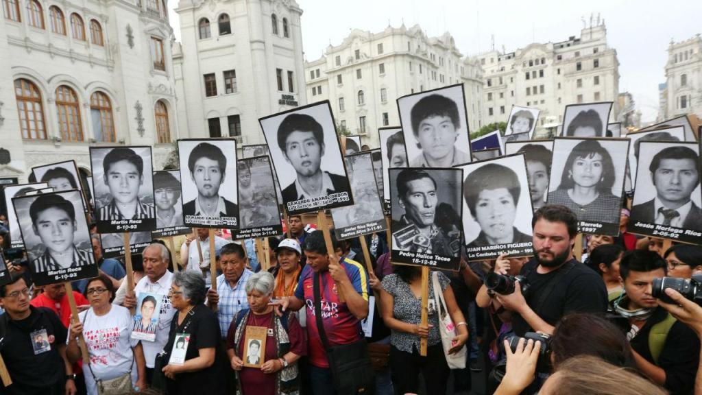 Familiares de vítimas de crimes atribuídos ao ex-presidente Alberto Fujimori protestam em Lima contra o indulto que lhe foi concedido