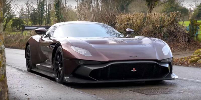 Aston Martin Vulcan de estrada (reprodução YouTube)