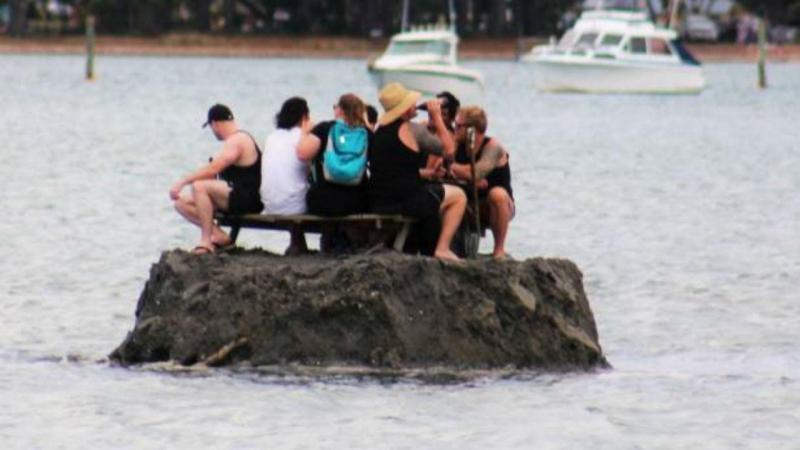 Grupo de amigos constuiu uma pequena ilha