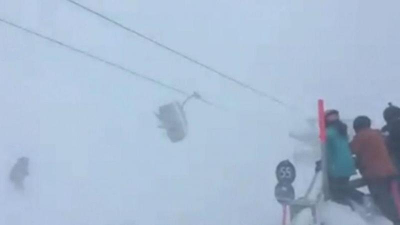 Esquiadores retidos no teleférico no meio de tempestade de neve