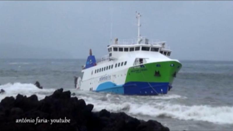 Navio com 70 pessoas encalha nos Açores