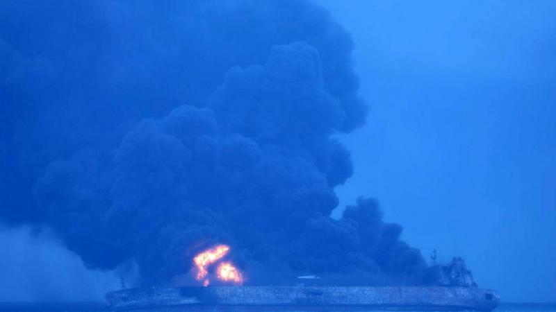 Petroleiro iraniano arde junto à costa da China