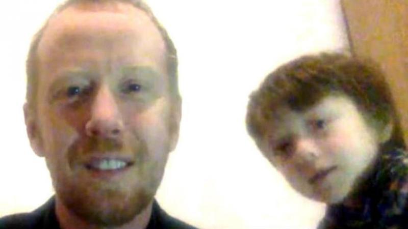 Criança interrompe entrevista do pai