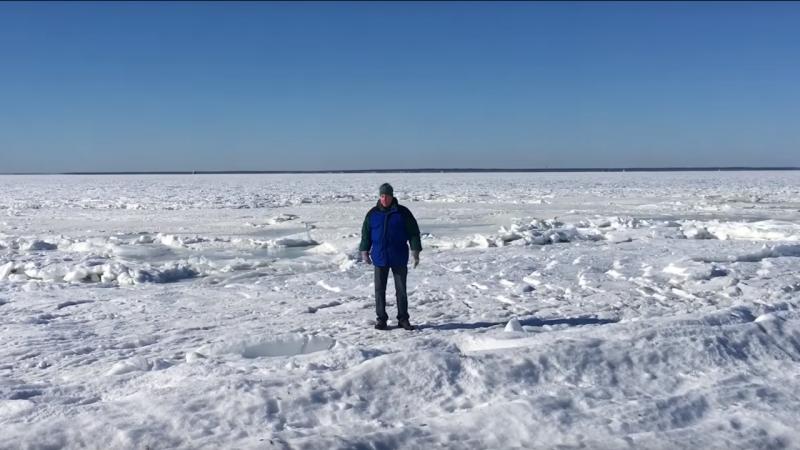 Homem caminha sobre águas do mar congeladas