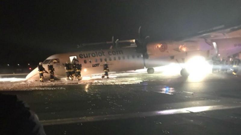 Avião aterra de emergência no aeroporto de Varsóvia