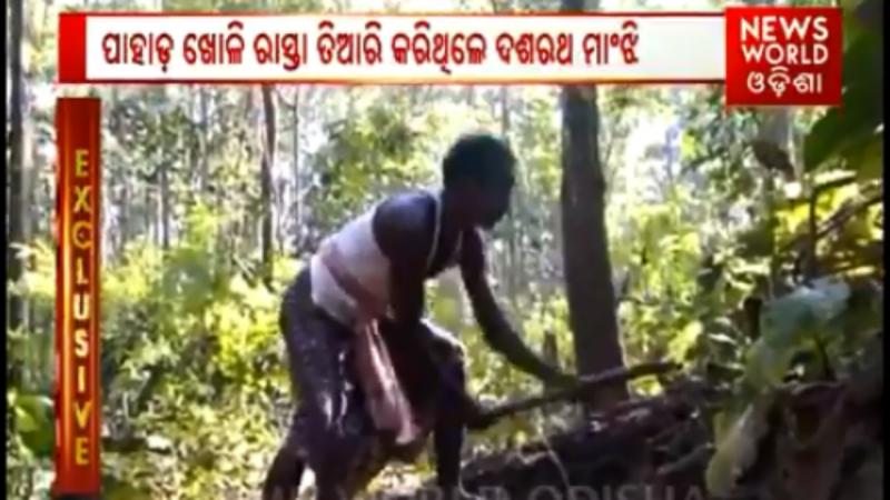 Homem constrói um caminho na montanha para facilitar o caminho dos filhos até à escola