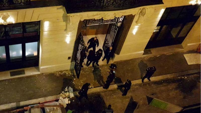 Autoridades no local depois do roubo das jóias no Hotel Ritz