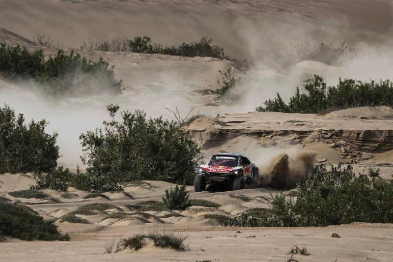 Carlos Sainz salta para a liderança do Dakar