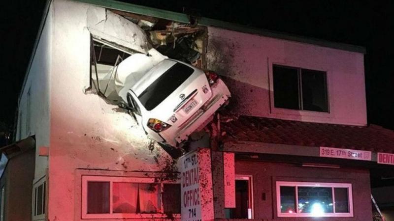Carro choca contra prédio