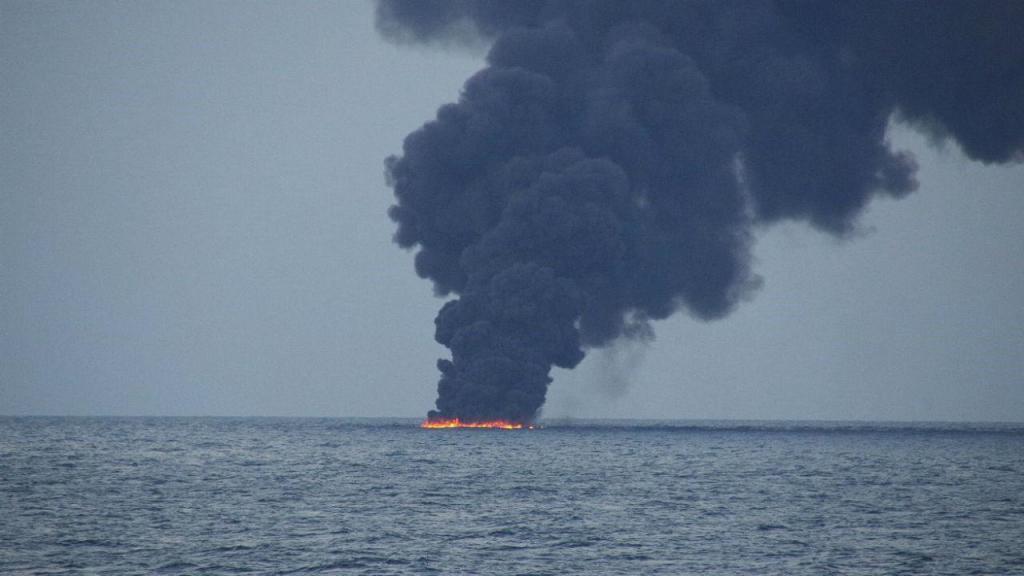 Explosão de petroleiro iraniano causa quatro manchas de crude