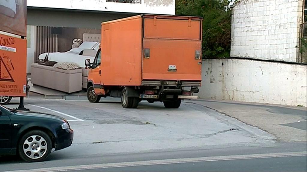 EN125: motard morre preso debaixo de carrinha