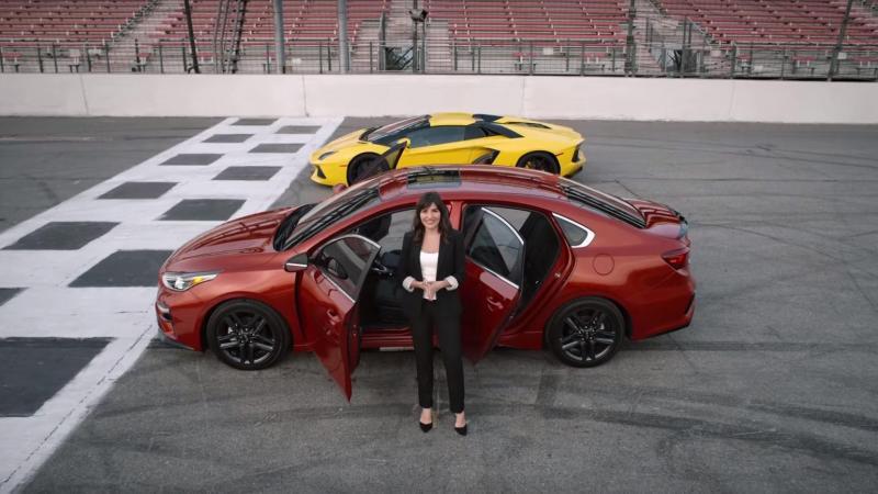 Kia salienta qualidades do Kia Forte em comparação com o Lamborghini Aventador