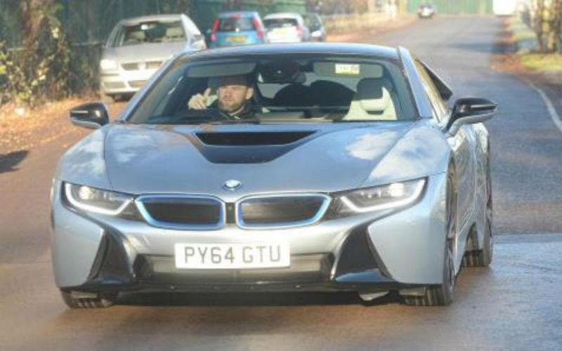 Wayne Rooney ao volante do seu BMW i8