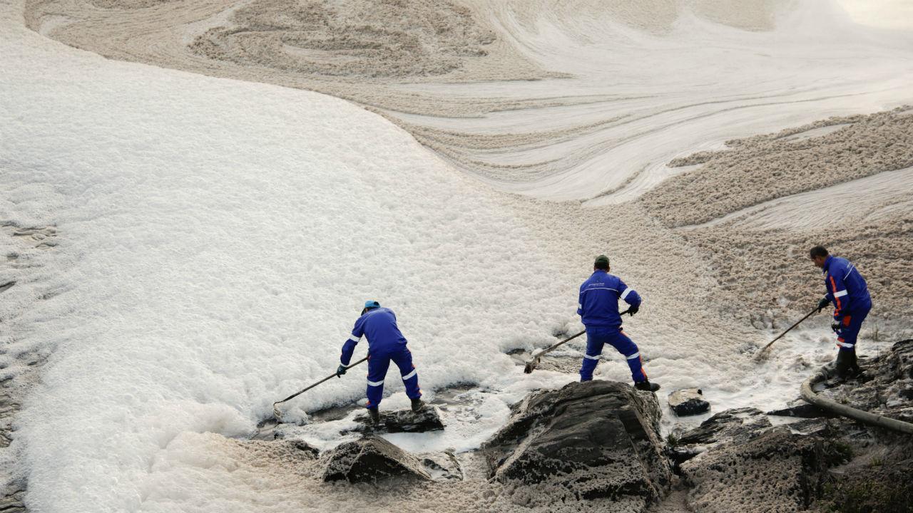 Remoção de espuma no Tejo em Abrantes