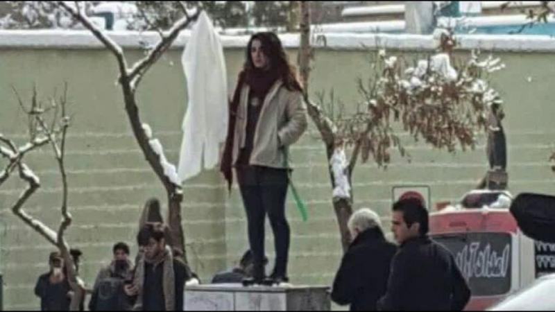 Iranianas tiram o véu em público