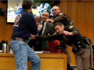 Pai de vítimas tenta agredir Nassar no julgamento (Reuters)