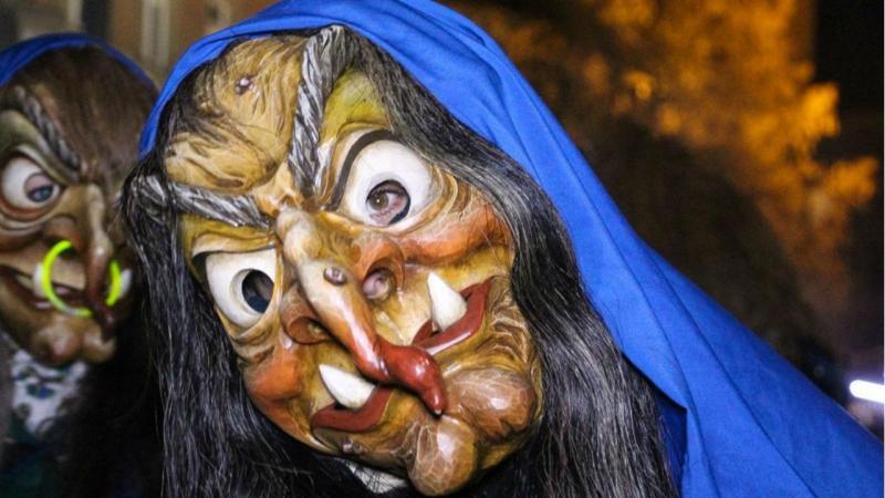 jovem queimada por um caldeirão no desfile de bruxas
