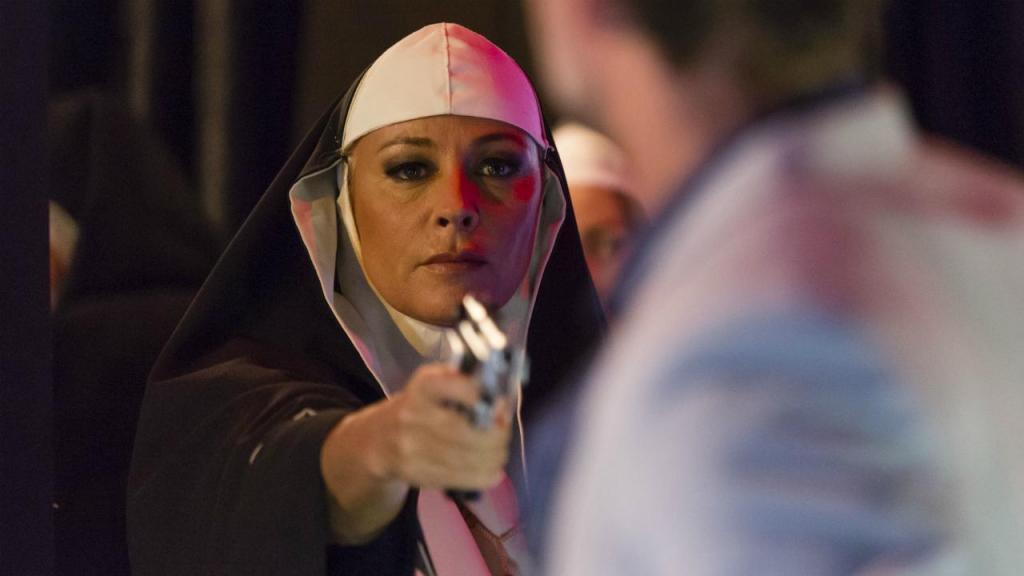 Caetana surpreende Diego, vestida de freira e de arma em punho