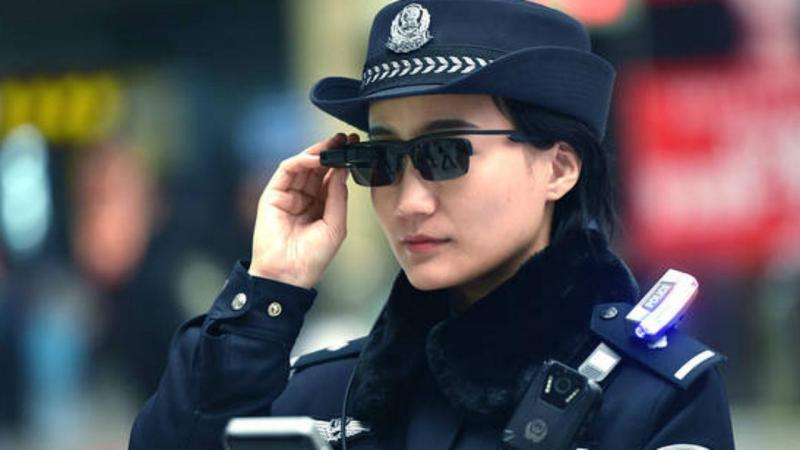 Polícia chinesa com óculos de reconhecimento facial