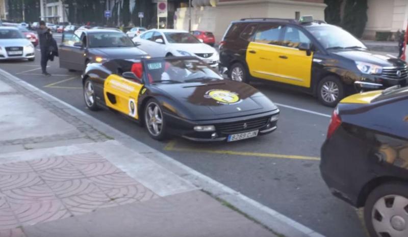 Táxi Ferrari F355 Spider em Barcelona (reprodução YouTube)
