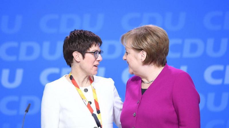 Partido de Merkel aprova acordo de coalizão com social-democratas