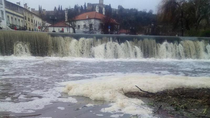 Poluição no rio Nabão