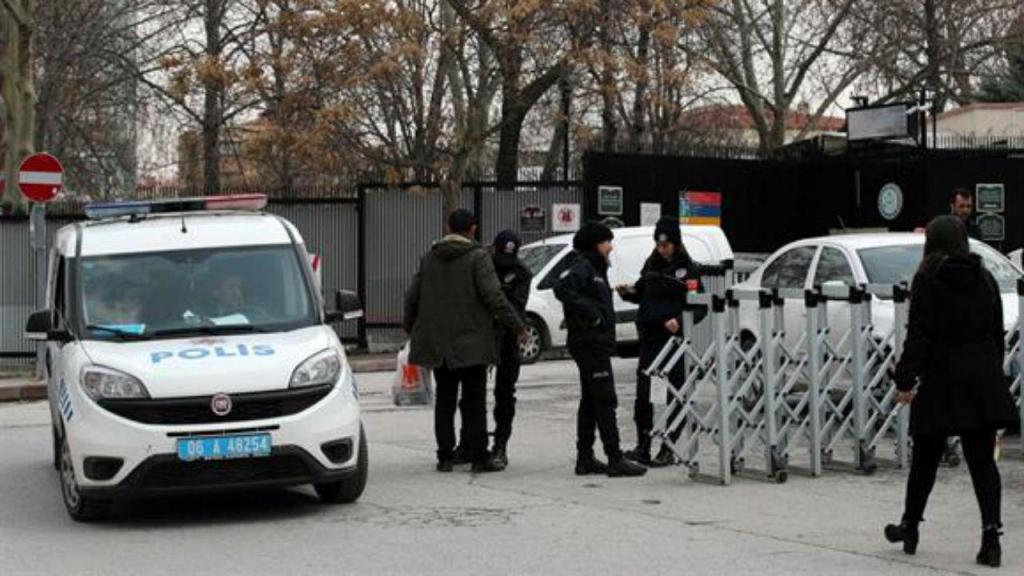 Polícia junto à embaixada dos EUA em Ancara, Turquia