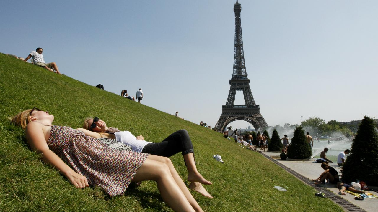 Mulheres apanham sol em Paris