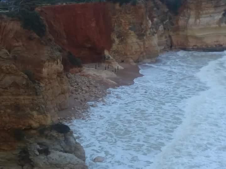 Derrocada na praia dos Careanos, em Portimão