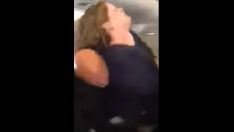 Mulher neutralizada por passageiro durante voo da SkyWest