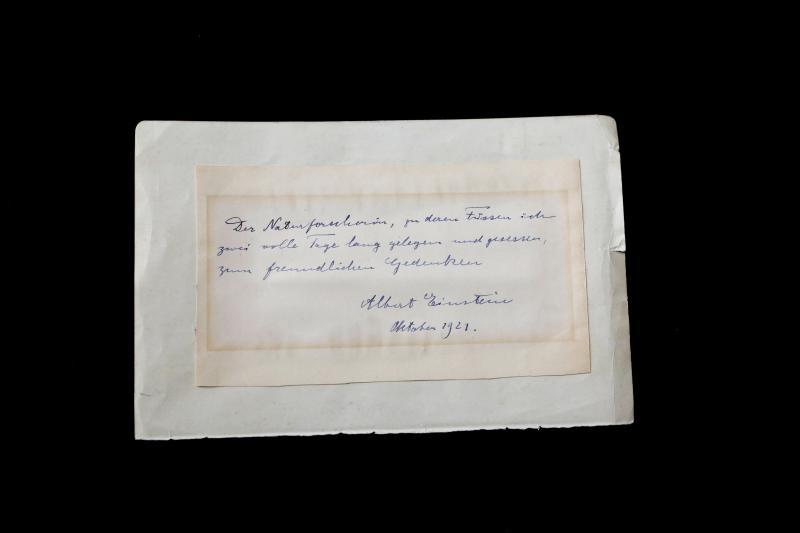 Bilhete escrito por Einstein a uma estudante de química italiana