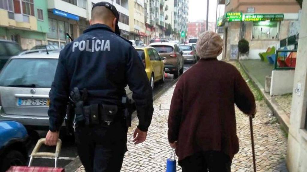 Polícia ajuda idosa no Cacém