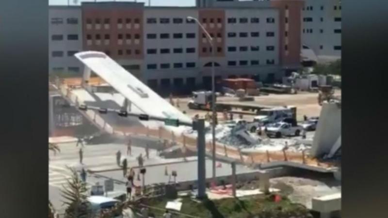 Resultado de imagem para foto de Ponte pedonal numa universidade colapsa em cima de carros e pessoas
