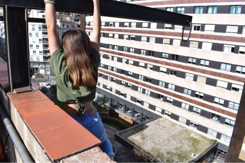 Resgate de uma adolescente de um telhado