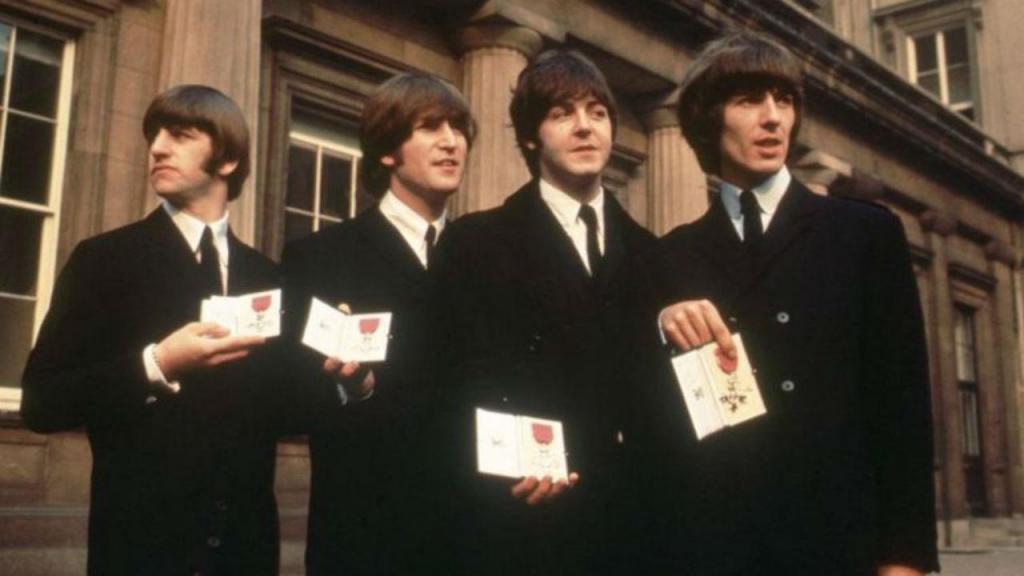 Beatles com os prémios MBE no Palácio de Buckingham, em 1965