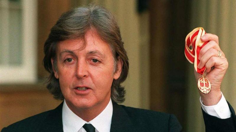 Paul McCartney condecorado cavaleiro há 21 anos atrás