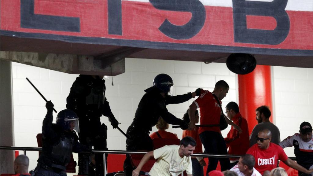 Polícia e adeptos do Benfica (arquivo)