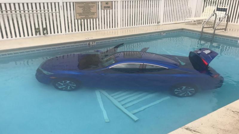 Mulher esquece-se de acionar travão de mãe e carro cai na piscina