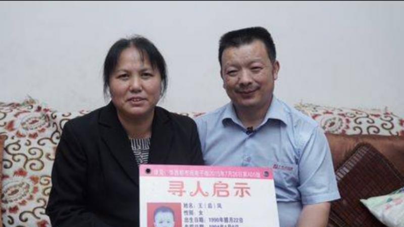 Durante anos os pais distribuíram panfletos com informações sobre a filha desaparecida