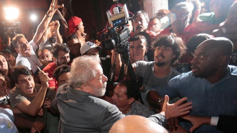 Lula da Silva entrega-se à Polícia Federal