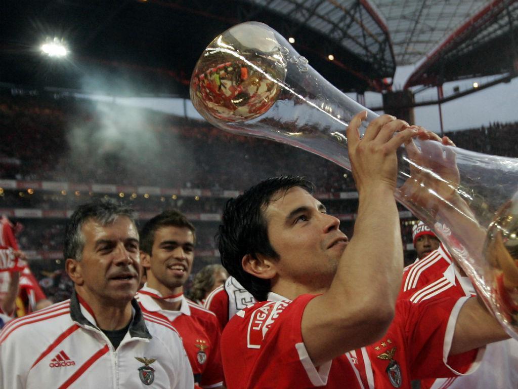 Luís Matos, Miguel Vítor e Saviola festejam título de 2009 (Reuters)