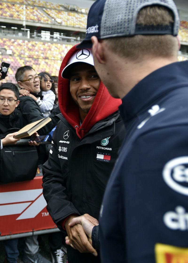 Hamilton e Verstappen fazem as pazes com um aperto de mão